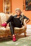 Louro em um sofá Fotografia de Stock Royalty Free