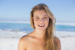 Louro feliz bonito na praia foto de stock
