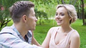 Louro Flirty que alimenta o homem novo considerável com framboesa doce, piquenique macio video estoque