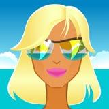 Louro glamoroso bonito nos óculos de sol na praia Fotografia de Stock