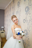 Louro lindo da noiva no vestido de casamento no interior luxuoso que levantam em casa e no noivo de espera Mulher feliz romântica Fotografia de Stock Royalty Free