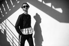 Louro na rua da cidade Olhar urbano na moda Estilo preto e branco da forma Imagens de Stock Royalty Free
