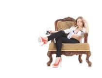 Louro nas sapatas vermelhas que sentam-se no trono fotos de stock