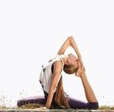Louro novo bonito que faz a ioga Fotografia de Stock Royalty Free