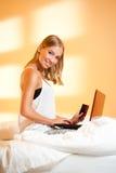 Louro novo com portátil Imagem de Stock Royalty Free