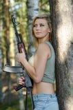 Louro novo com um rifle Imagens de Stock Royalty Free