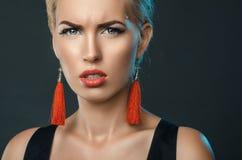 Louro olhando de sobrancelhas franzidas, retrato na moda do estúdio foto de stock