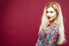 Louro provocante com os bordos sensuais que vestem a camisa colorida no fundo cor-de-rosa Retrato de mulher surpreendente com cab Imagens de Stock
