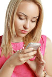 Louro que usa o móbil Foto de Stock Royalty Free