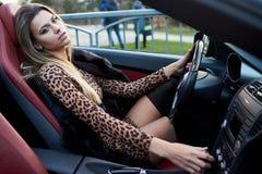 Louro quente em um carro do cabrio foto de stock royalty free