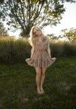 Louro retroiluminado no vestido de Sun imagem de stock