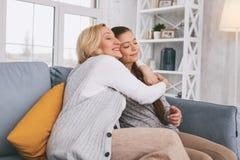 Louro satisfeito que abraça sua filha Fotos de Stock Royalty Free