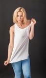 Louro sensual em uma camisa branca Imagens de Stock