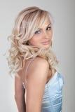 Louro 'sexy' bonito em um vestido azul fotografia de stock royalty free