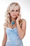 Louro 'sexy' bonito em um vestido azul fotos de stock royalty free
