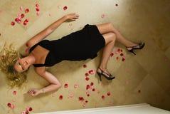 Louro 'sexy' em um vestido preto Fotos de Stock