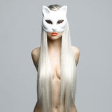 Louro 'sexy' na máscara do gato imagem de stock