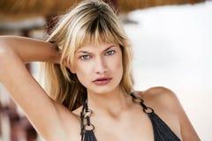 Louro 'sexy' na praia fotos de stock