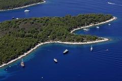 Louros com barcos e iate na ilha Hvar fotografia de stock royalty free