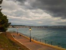 Loutraki em Grécia contra um céu dramático Imagens de Stock Royalty Free