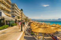Loutraki Grekland 12 Juni 2016 Vardagsliv på Loutraki i Gteece med folk som tycker om deras sommarsemestrar Fotografering för Bildbyråer