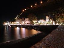 Loutraki Küste in der Nacht Lizenzfreie Stockfotografie
