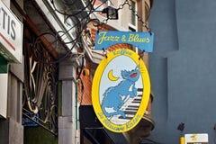 LOUVAIN, BELGIQUE - 5 SEPTEMBRE 2014 : Enseigne du café De Blauwe Kater sur le St de Naamsestraat Images stock