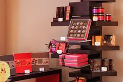 LOUVAIN, BELGIQUE - 5 SEPTEMBRE 2014 : Les boîtes avec des chocolats et les biscuits belges Neuhaus stigmatisent dans une des bou Photos libres de droits