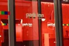 LOUVAIN, BELGIQUE - 5 SEPTEMBRE 2014 : Les détails de la vue de nuit de l'entrée à l'hôtel garent l'auberge par Radisson à Louvai Photos libres de droits