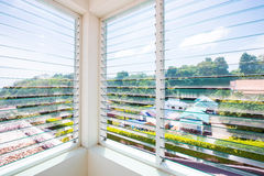 Louver γυαλιού παραθύρων στο σπίτι στοκ φωτογραφία με δικαίωμα ελεύθερης χρήσης