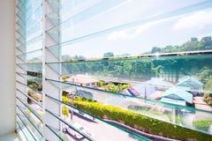 Louver γυαλιού παραθύρων στο σπίτι στοκ εικόνα