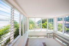 Louver γυαλιού παραθύρων στο σπίτι στοκ εικόνες