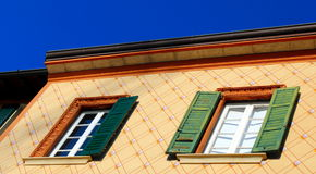 Louver παράθυρα και χρωματισμένος τοίχος σύστασης στοκ φωτογραφίες με δικαίωμα ελεύθερης χρήσης
