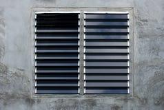 Louver παράθυρο στον γκρίζο συμπαγή τοίχο στοκ φωτογραφίες