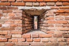 Louver που δημιουργείται στον τοίχο κάστρων για να επιτρέψει στους τοξότες για να πυροβολήσει το arro στοκ εικόνες με δικαίωμα ελεύθερης χρήσης