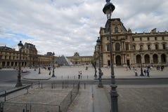 Louvre, Arc de Triomphe du Carrossel, Louvre de Paris, França do hotel, céu, plaza, praça da cidade, atração turística Fotos de Stock Royalty Free