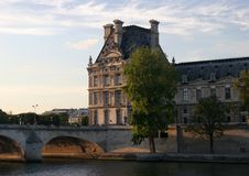 Louvre bei Sonnenuntergang stockfoto