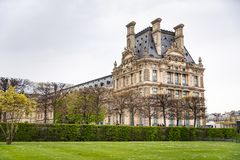 Louvre beskådade från den Jardin desen Tuileries i Paris, Frankrike royaltyfri bild