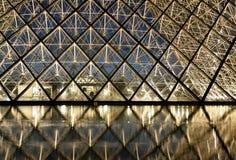 Louvre bij nacht stock foto's