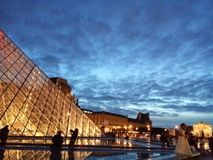 Louvre bis zum Nacht Lizenzfreie Stockfotografie