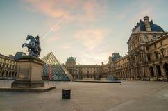 Louvre in de zonsopgang De piramide Stock Foto