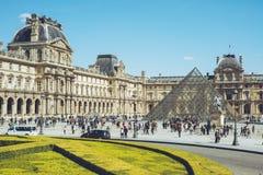 Louvre - den Paris Frankrike staden går loppforsen Arkivfoton