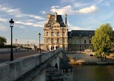 Louvre an der Brücke über dem Fluss die Seine lizenzfreies stockbild