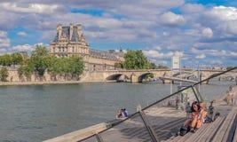 Louvre do museu da vista de Seine River foto de stock royalty free