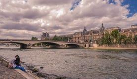 Louvre do museu da vista de Seine River fotografia de stock