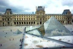Louvre em Paris, deslocamento da inclinação Imagem de Stock