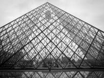 Louvre em Paris, preto e branco Fotos de Stock Royalty Free
