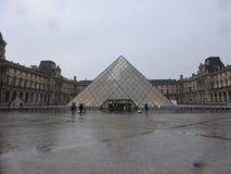 Louvre em um dia chuvoso Fotografia de Stock Royalty Free