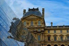 Louvre en de glaspiramide Stock Afbeelding