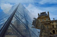 Louvre en de glaspiramide Stock Foto
